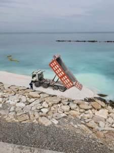 Ciottoli in spiaggia, Spina: «Angarano distrugge tutto quello che gli abbiamo lasciato»
