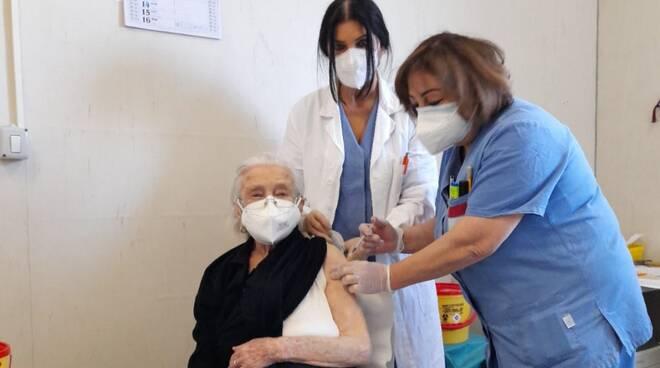 Covid: vaccini a over 80 Puglia, incognita dosi