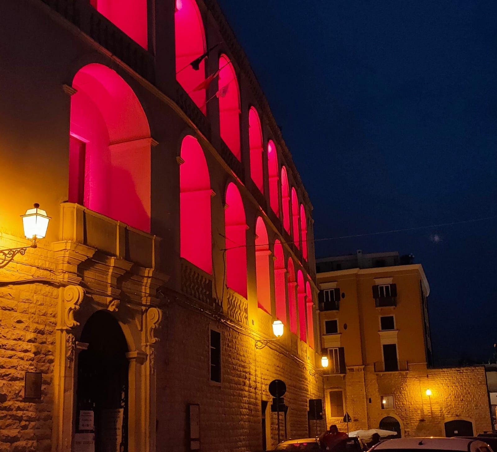 Palazzo di città illuminato di rosso in occasione della Giornata dei Donatori di Sangue