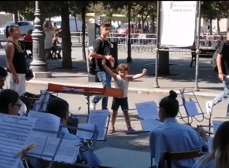 VIDEO, alla Festa dell'Addolorata la Banda di Bisceglie diretta da un piccolo inaspettato Maestro
